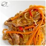 Chow Mein (fideos asiáticos) con carne y vegetales